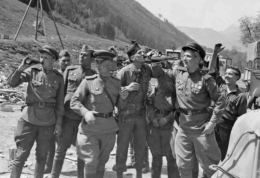 Встреча советских и американских частей у моста через реку Энс в районе Лицена (Liezen), Австрия. В центре — американский фотограф лейтенант Арнольд Самуэльсон (Arnold Samuelson).